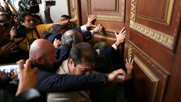 Parlamentarios venezolanos empujan una de las puertas de la Asamblea Nacional - Sputnik Mundo