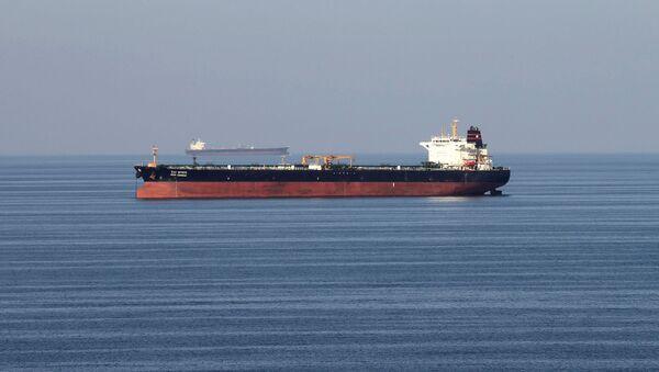Embarcaciones de transporte de petróleo cruzan el estrecho de Ormuz (archivo) - Sputnik Mundo