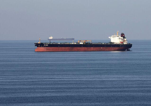 Embarcaciones de transporte de petróleo cruzan el estrecho de Ormuz (archivo)