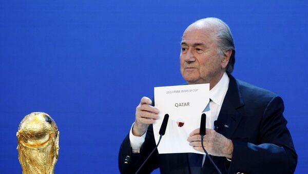 En esta foto de 2010, el entonces presidente de la FIFA, Joseph Blatter, anuncia la elección de Catar compo sede del Mundial de 2022 - Sputnik Mundo