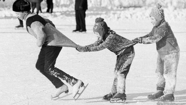 Sin videojuegos, pero con patines y trineos: vacaciones de invierno en la URSS - Sputnik Mundo