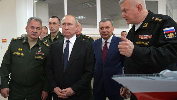 Vladímir Putin, presidente de Rusia, visita la Academia Naval Najímov en Sebastopol - Sputnik Mundo