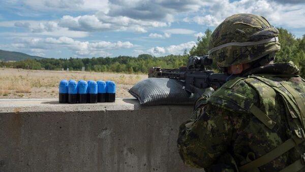 Un soldado canadiense utiliza un lanzagranadas autónomo - Sputnik Mundo