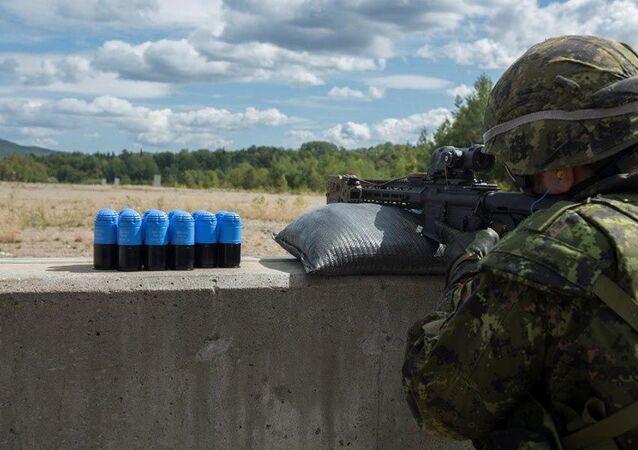 Un soldado canadiense utiliza un lanzagranadas autónomo