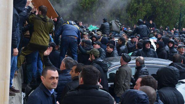 Opositores se apoderan del edificio de la Administración presidencial de Abjasia - Sputnik Mundo