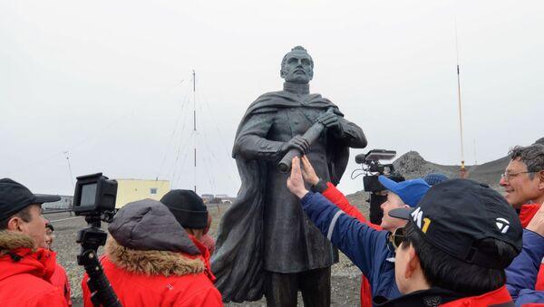 Monumento al navegante ruso, el descubridor de la Antártida, Fabian Gottlieb Bellingshausen - Sputnik Mundo