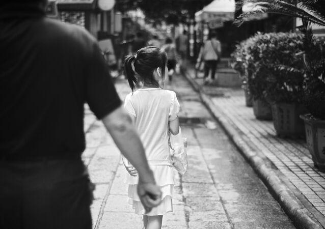 Niña caminando de espaldas
