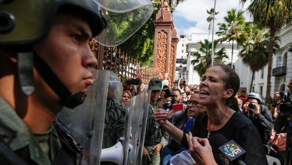 Diputada venezolana Manuela Bolívar enfrenta a las fuerzas de seguridad en el edificio de la Asamblea Nacional - Sputnik Mundo