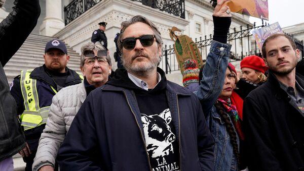 Joaquin Phoenix, actor estadounidense, participa de protestas ambientales en el Capitolio - Sputnik Mundo