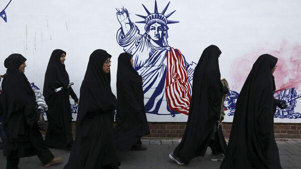 Un muro en Teherán con la imagen de la Estatua de la Libertad - Sputnik Mundo