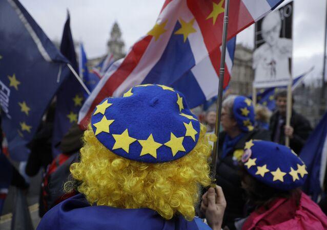 Los manifestantes protestan contra el Brexit frente al Parlamento británico en Londres