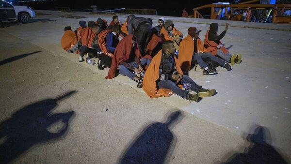 Inmigrantes ilegales en el puerto español de San Roque  - Sputnik Mundo