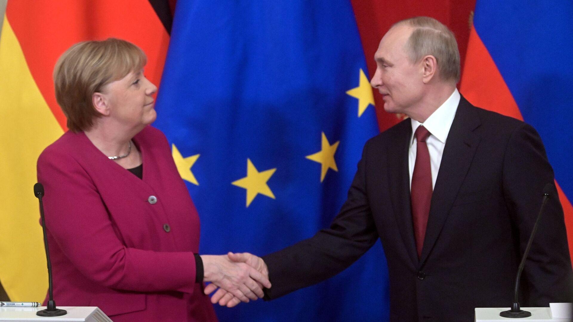La canciller alemana, Angela Merkel, estrecha la mano del presidente ruso, Vladímir Putin - Sputnik Mundo, 1920, 08.04.2021