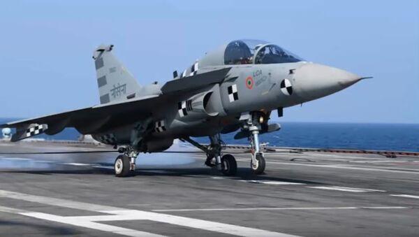 Caza indio Tejas N aterrizando sobre un portaviones - Sputnik Mundo