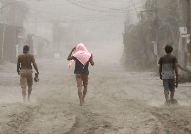 Los residentes locales abandonan la zona de alcance de la erupción del volcán Taal en Filipinas