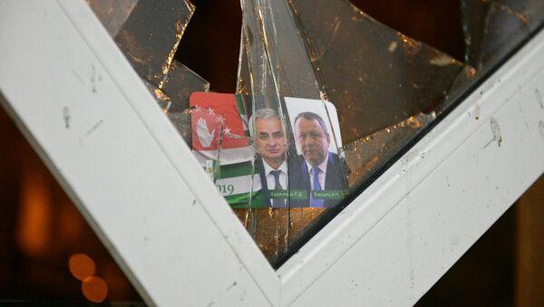 Los retratos del presidente de Abjasia, Raúl Jádzhimba, y del vicepresidente de Abjasia, Aslán Bártsits - Sputnik Mundo