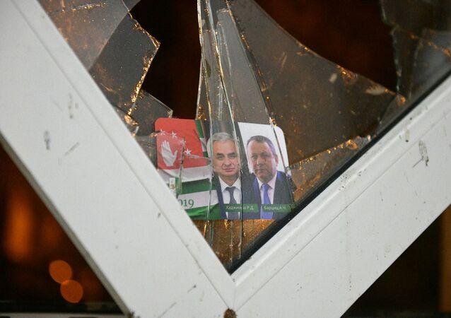 Los retratos del presidente de Abjasia, Raúl Jádzhimba, y del vicepresidente de Abjasia, Aslán Bártsits