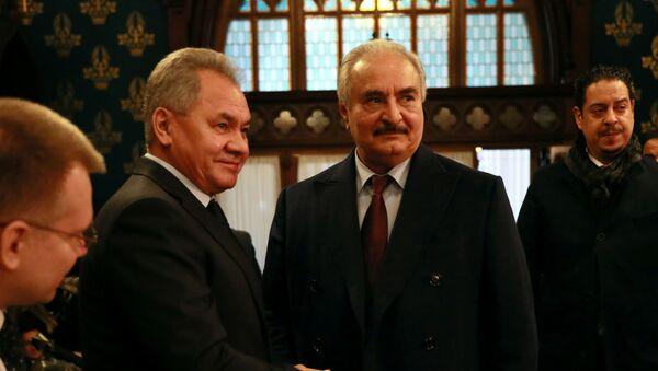 El ministro de Defensa ruso, Serguéi Shoigú, y el comandante del Ejército Nacional de Libia, Jalifa Haftar - Sputnik Mundo