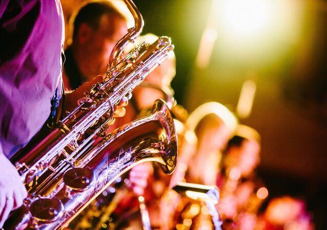 Una persona con un saxofón