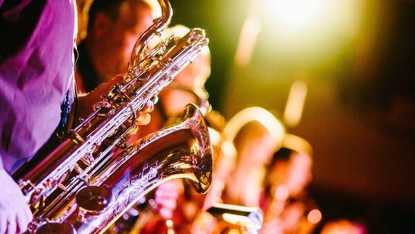 Una persona con un saxofón - Sputnik Mundo