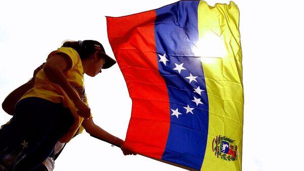 Mujer con bandera de Venezuela flameando - Sputnik Mundo