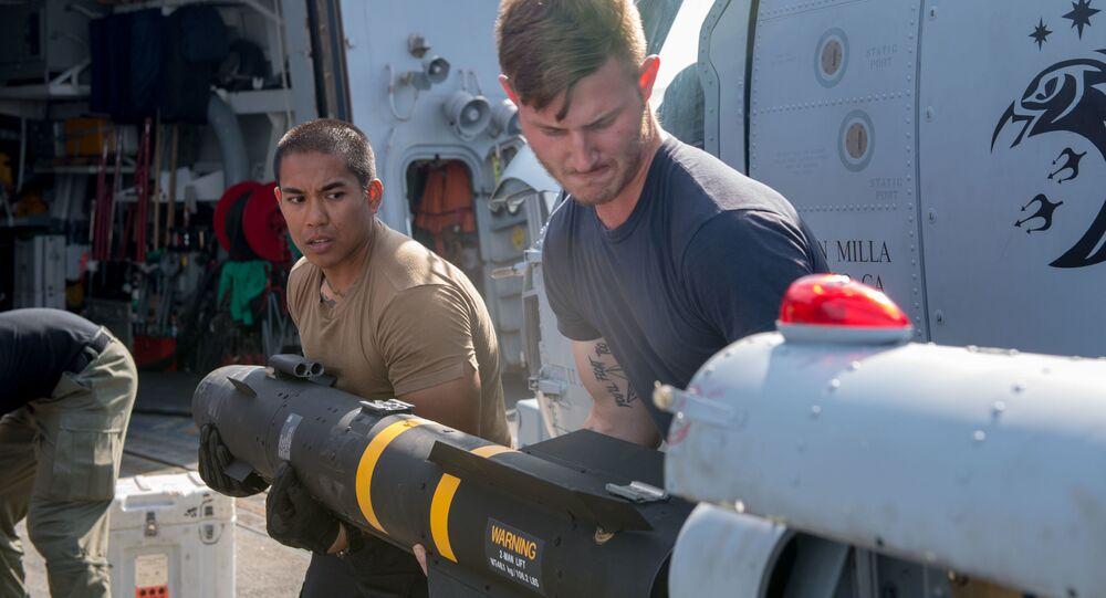 Los soldados de la Marina de EEUU cargan un misil Hellfire AGM-114 en un helicóptero