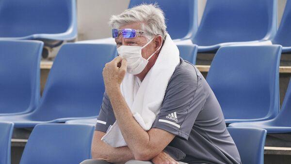 Un espectador del Abierto de Australia utiliza una mascarilla por la mala calidad del aire - Sputnik Mundo