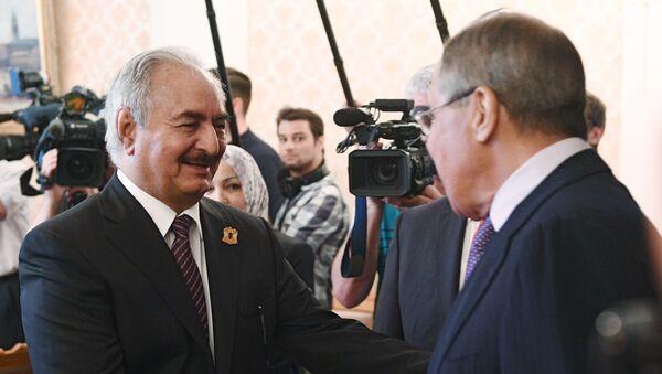El ministro de Exteriores ruso, Serguéi Lavrov, y el comandante del Ejército Nacional Libio, Jalifa Haftar - Sputnik Mundo