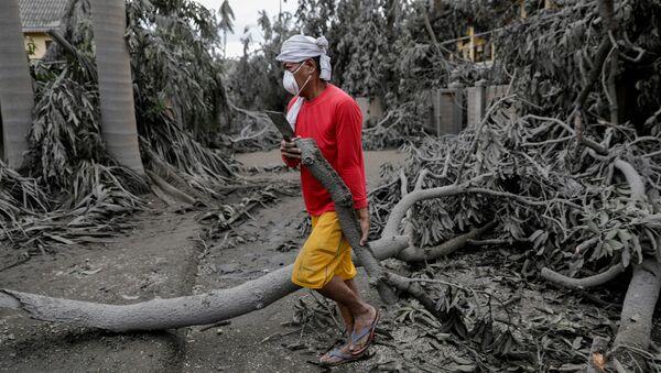 Bajo cenizas: así se ve Filipinas después de la erupción del volcán Taal  - Sputnik Mundo