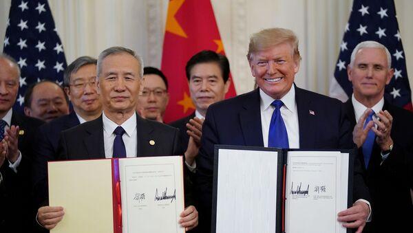 El vice primer ministro chino Liu He y el presidente de EEUU, Donald Trump - Sputnik Mundo