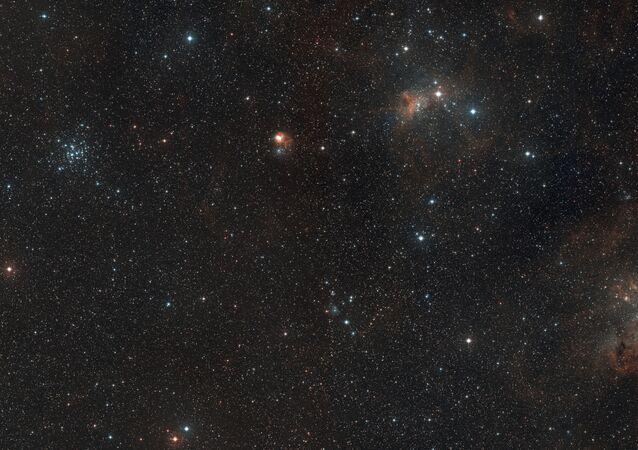 Vista de amplio campo de la región del cielo donde se encuentra la formación estelar AFGL 5142