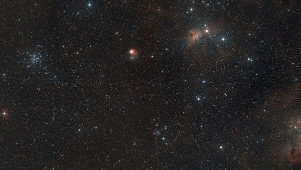 Vista de amplio campo de la región del cielo donde se encuentra la formación estelar AFGL 5142 - Sputnik Mundo