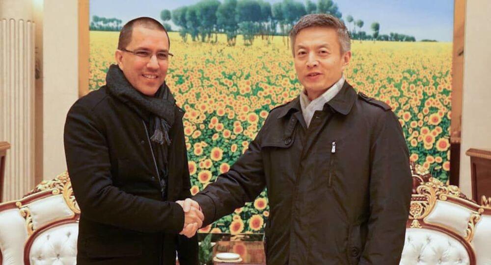 El canciller venezolano Jorge Arreaza es recibido por Chen Luning, consejero del Departamento de América Latina y el Caribe de la Cancillería china