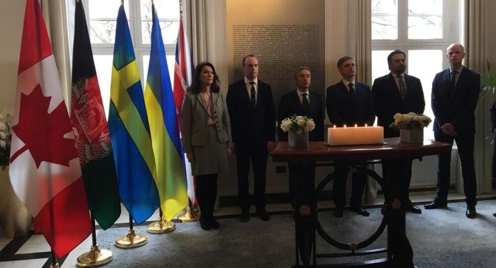Ministros de Exteriores de Canadá, Reino Unido, Holanda, Suecia, Ucrania y Afganistán se unen en un 'momento de reflexión' por las víctimas del vuelo ucraniano, en la sede londinense del Alto Comisionado de Canadá