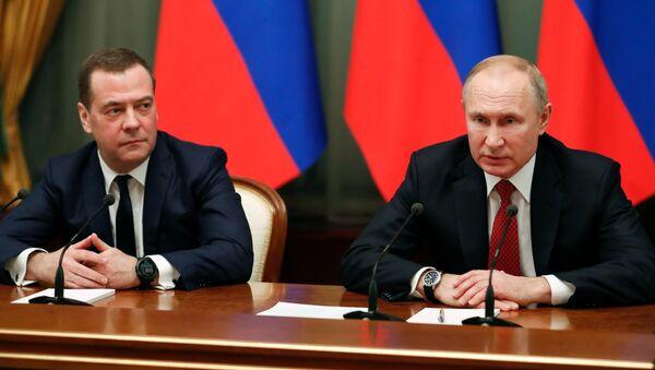 El nuevo vicepresidente del Consejo de Seguridad, Dmitri Medvédev, y el presidente de Rusia, Vladímir Putin - Sputnik Mundo
