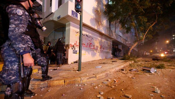 Policía durante las protestas en el Líbano - Sputnik Mundo