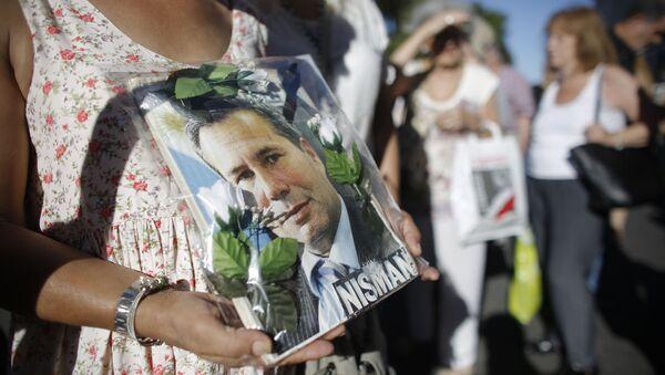 Un cartel con el rostro del fiscal Alberto Nisman, muerto en circunstancias extrañas en enero de 2015 - Sputnik Mundo
