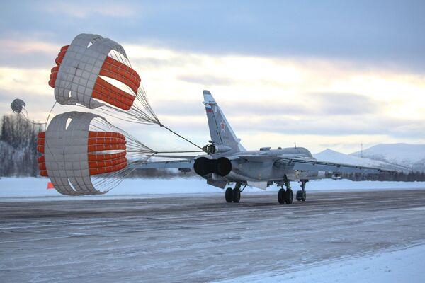 Los Su-24 y los MiG-31 muestran su agilidad y potencia en el norte de Rusia   - Sputnik Mundo