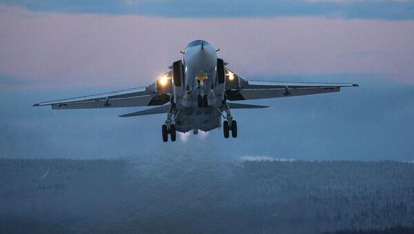 Un Su-24 durante los vuelos de entrenamiento en la región de Múrmansk. - Sputnik Mundo