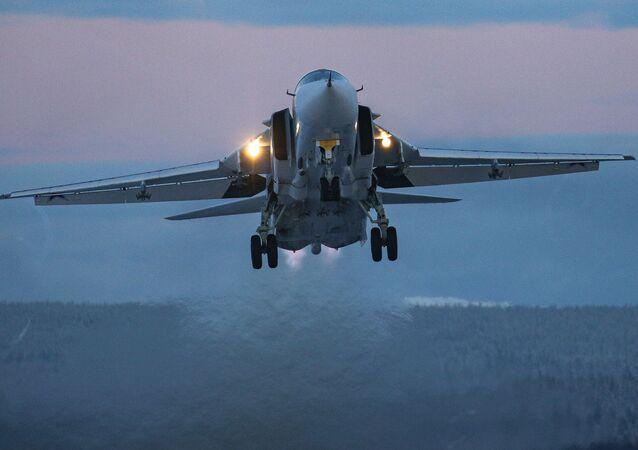 Un Su-24 durante los vuelos de entrenamiento en la región de Múrmansk.