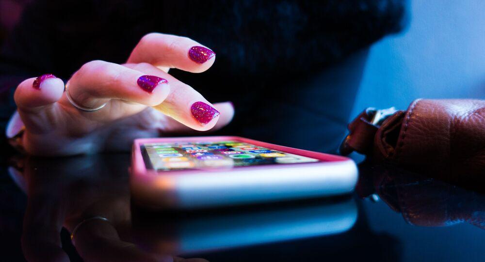 Una mujer utiliza su teléfono móvil