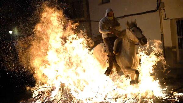 Jinetes cabalgan a través del fuego en la fiesta de las Luminarias - Sputnik Mundo