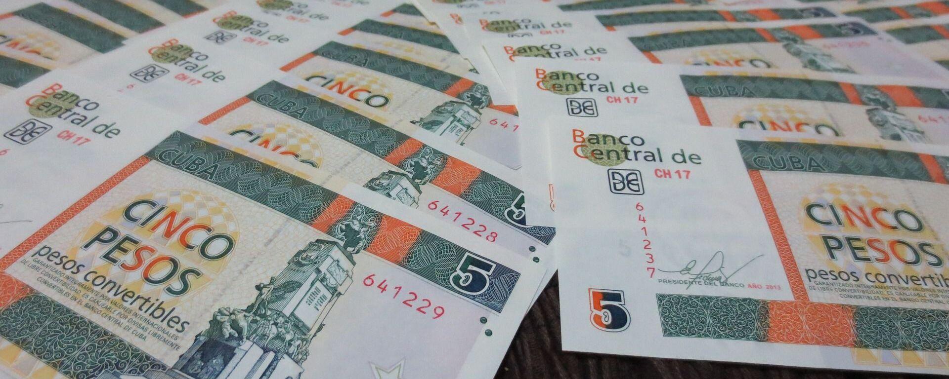 Billetes de pesos cubanos convertibles - imagen referencial - Sputnik Mundo, 1920, 15.03.2021