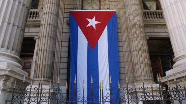 Bandera de Cuba en edificio del Ministerio de Finanzas y Precios - Sputnik Mundo