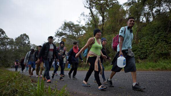 Caravana de migrantes hondureños a su paso por Guatemala - Sputnik Mundo