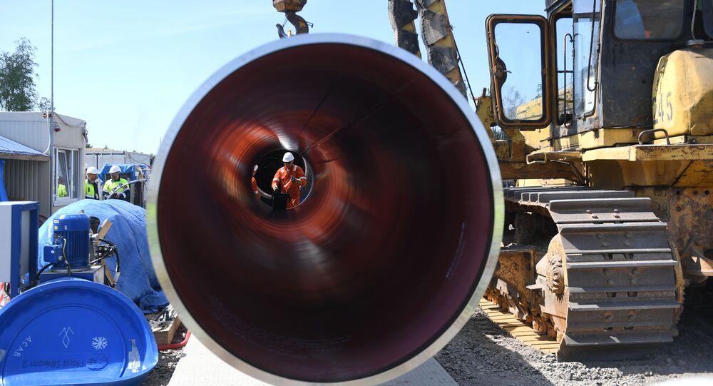 Un trabajador es visto a través de una tubería en el sitio de construcción del gasoducto Nord Stream 2 en Rusia