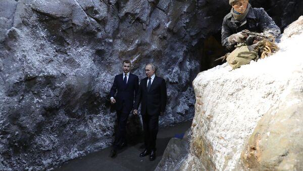 Vladímir Putin, presidente ruso, en las trincheras de la exposición escala 'La memoria habla. El camino a través de la guerra' - Sputnik Mundo