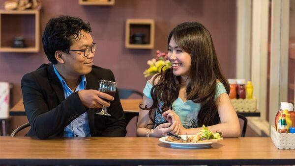 Una pareja cenando - Sputnik Mundo