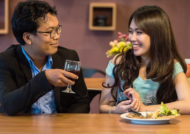 Una pareja cenando
