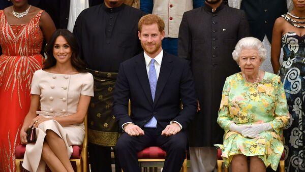 Meghan Markle junto a su esposo el príncipe Harry y la reina Isabel II - Sputnik Mundo